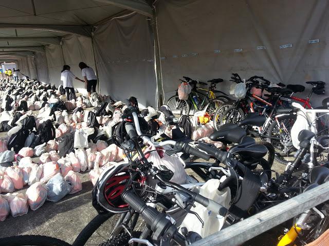 Bikes amontoadas no guarda-volumes. Bicicletas foram guardadas como um simples pertence pela organização do evento